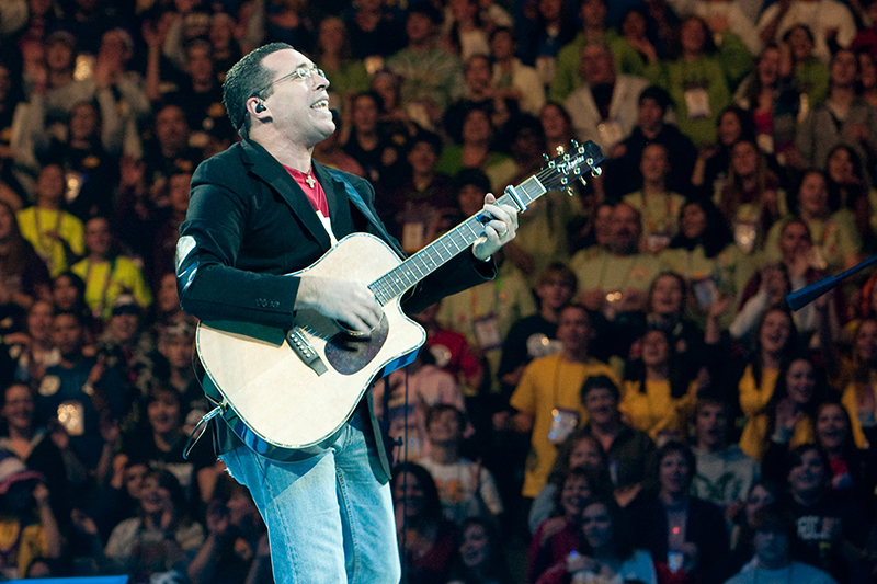 Steve Angrisano entertains with Christian music during the 2009 National Catholic Youth Conference in Kansas City, Mo., Nov. 22. Nearly 21,000 teens, 3,000 adult chaperones and local volunteers from across the U.S. attended the Nov . 19-21 event. (CNS photo/John Caulfield, Catholic Key) (Nov. 24, 2009) See NCYC-OVERVIEW and NCYC-SPEAKERS Nov. 24, 2009.