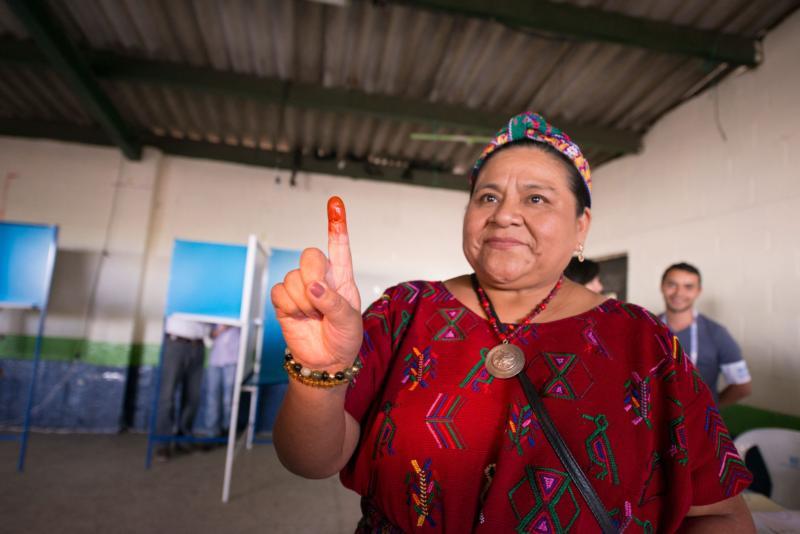 Rigoberta Menchú, ganadora del Premio Nobel, muestra su dedo manchado con tinta después de depositar su voto en un aula eleccionaria en Ciudad de Guatemala durante las elecciones generales del 6 de septiembre. (Foto CNS/Esteban Biba, EPA)