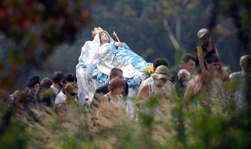 In this Aug. 13, 2010, file photo, pilgrims in Kalwaria Paclawska, Poland, show their devotion to Mary with a procession. (CNS photo/Darek Delmanowicz, EPA)
