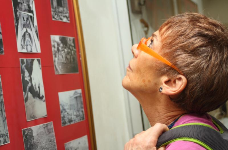 Una delegada estadounidense observa fotos el 30 de noviembre en un museo dedicado al finado arzobispo salvadoreño Oscar Romero en San Salvador. Activistas estadounidenses visitaron El Salvador para asistir a un servicio conmemorativo por el aniversario 35 de los asesinatos de cuatro eclesiásticas cometidos el 2 de diciembre de 1980. (Fotos CNS-Edgardo Ayala)
