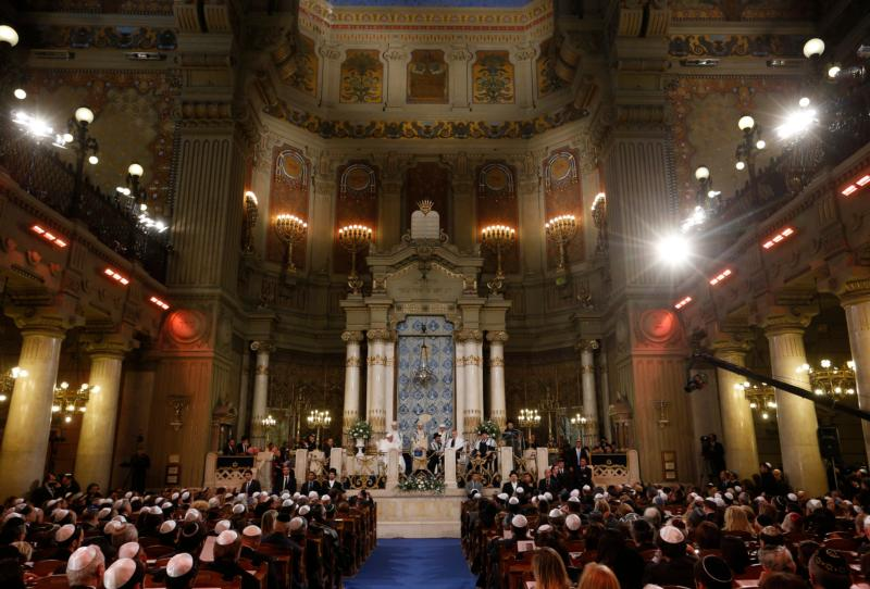 Pope Francis visits the main synagogue in Rome Jan. 17. (CNS photo/Paul Haring)
